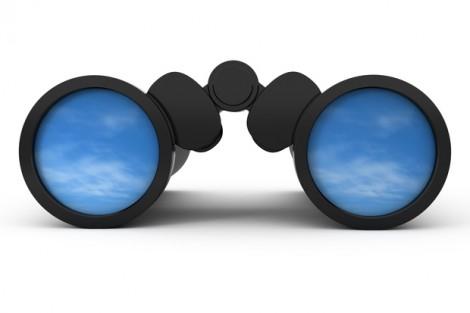 Jumelles scrutant un ciel bleu